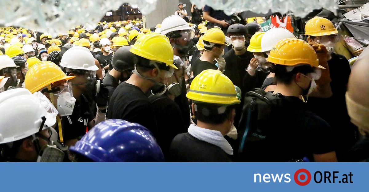 Hongkong: Regierungskritiker besetzen Parlament
