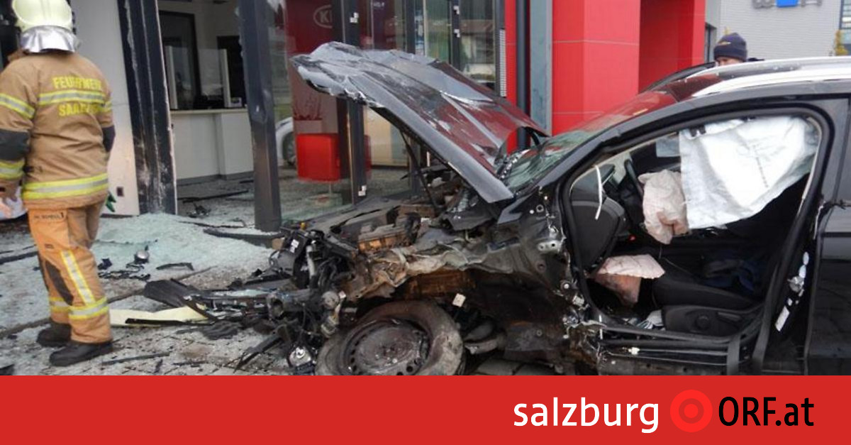 wagen-krachte-in-autohaus-lenker-verletzt